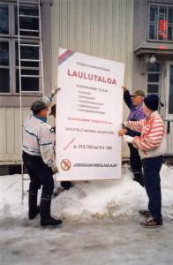 Tiedotusta ohikulkijoille kevättalvella 2000. Kuva Olavi Piiparinen.